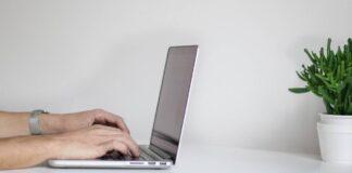 anthropos-doulevi-se-laptop-meso-tilergasias