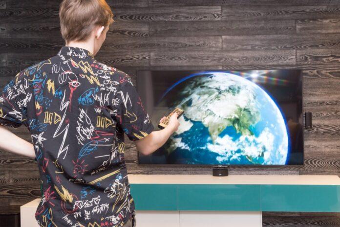 άντρας ανοίγει τηλεόραση