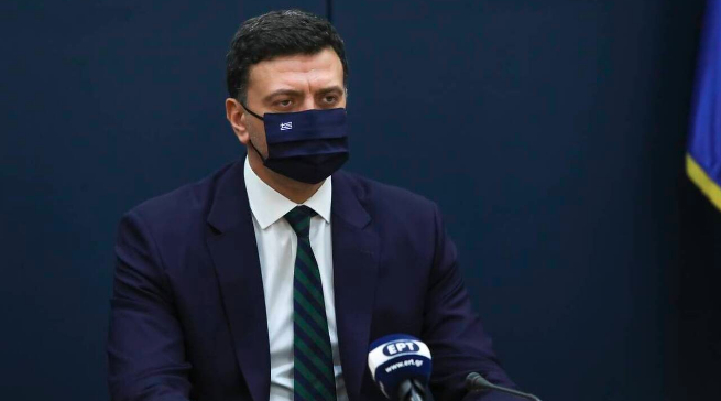 Ο Βασίλης Κικίλιας φοράει μάσκα