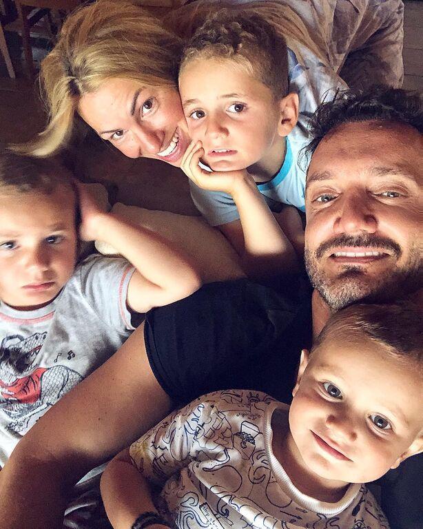 Ο Χρήστος Μενιδιάτης με τη γυναίκα του και τα παιδιά τους