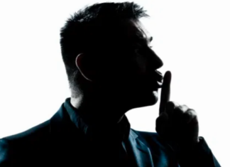 άνδρας που κάνει την κίνηση για ησυχία