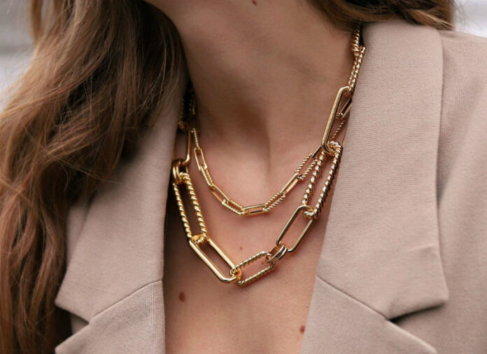 chain necklace σε γυναίκα