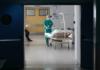 Γιατροί με στολές προστασίας έναντι του κορονοϊού