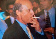 Ο Κώστας Σημίτης με τσιγάρο στο χέρι