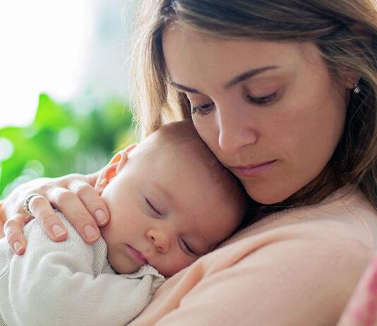 μητέρα αγκαλιά με το μωρό της