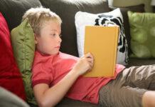 παιδί διαβάζει βιβλίο