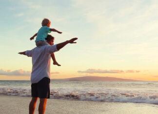 μπαμπάς στη θάλασσα με το παιδί του