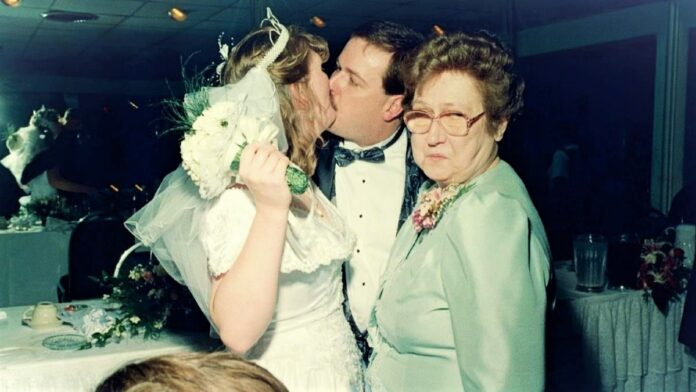 πεθερά ανάμεσα σε ζευγάρι κοιτά στραβά τη νύφη