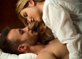 η γυναίκα πάνω ξαπλωμένη στον άνδρα