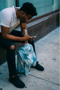 Άντρας που κοιτά κινητό τηλέφωνο