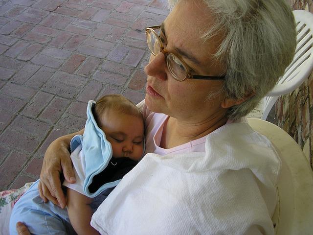 Γιαγιά κρατάει εγγόνι