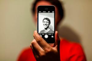 νέος άνδρας που βγάζει selfie