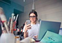 Γυναίκα με κυκλοθυμία κοιτά τα social media
