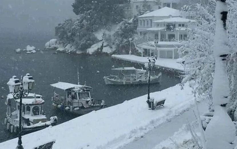 Χιόνια στις Σποράδες - Χωρίς ρεύμα τα νησιά